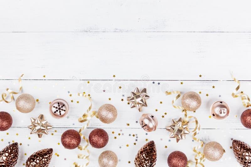 假日装饰和五彩纸屑顶视图创造性的圣诞节背景  平的位置 库存图片