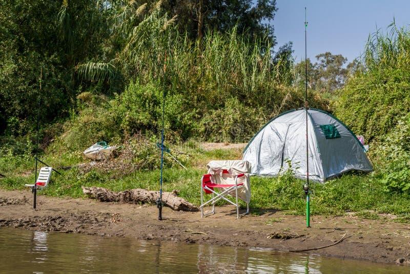 假日阵营和钓鱼竿,约旦河,以色列 免版税库存图片