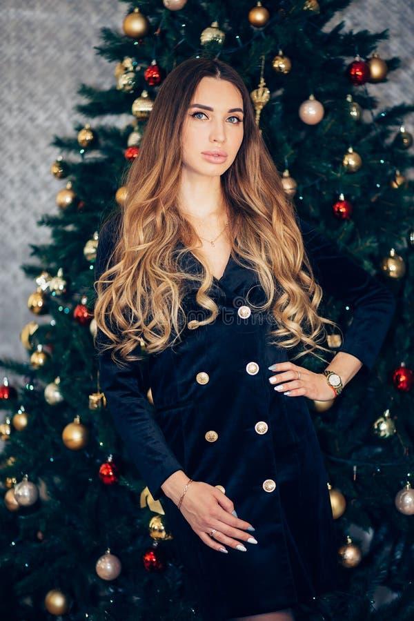 假日,庆祝,在圣诞节内部的年轻女人 免版税库存照片