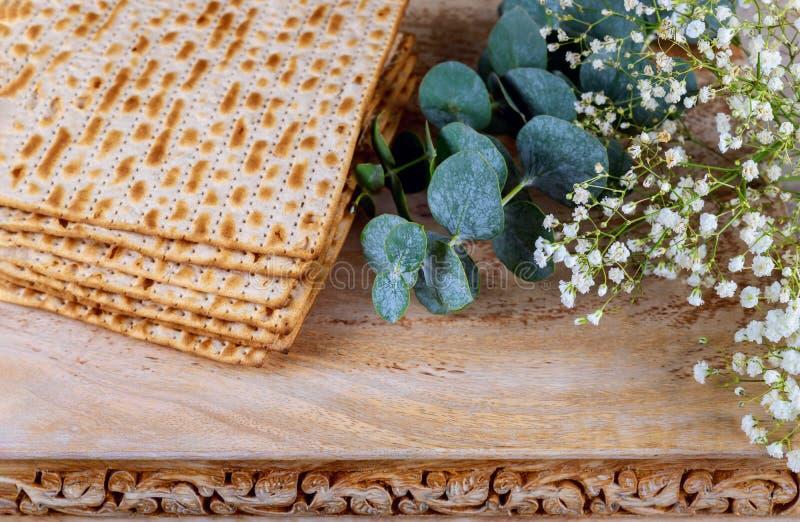 假日matzoth庆祝发酵的硬面犹太逾越节面包 免版税库存照片