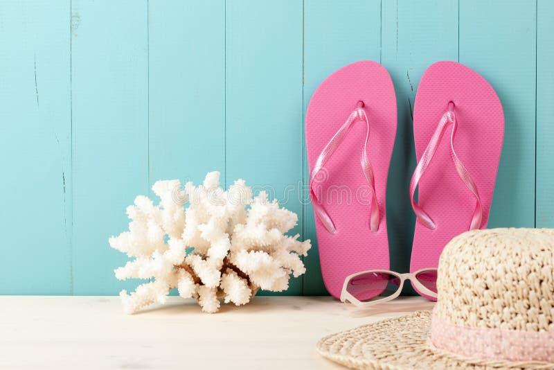 假期与触发器、珊瑚和stra的海滩背景 免版税库存图片