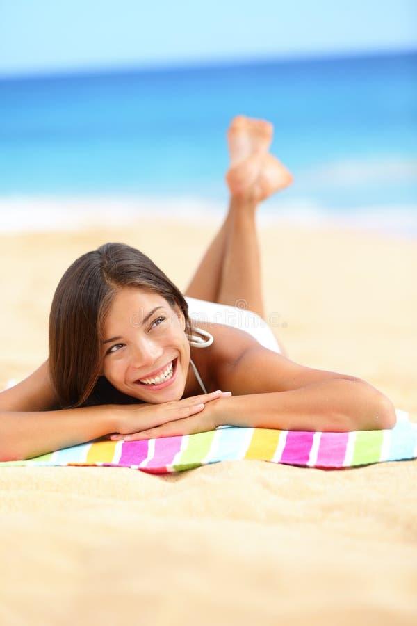 假期位于海滩的妇女下来放松的查找 库存图片