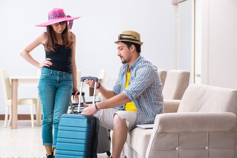 假期旅行的年轻家庭包装 图库摄影
