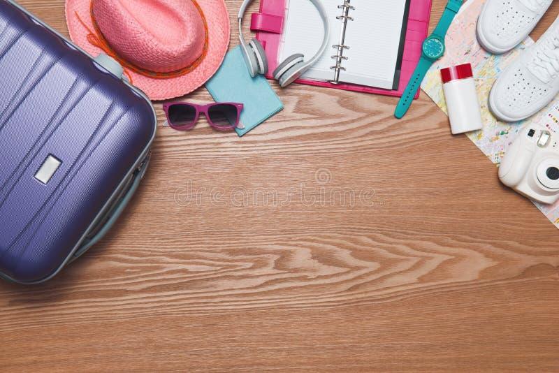 假期概念 假日手提箱 准备旅行 免版税库存照片