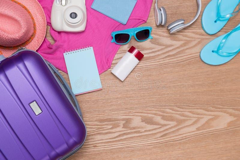 假期概念 假日手提箱 准备旅行 免版税库存图片