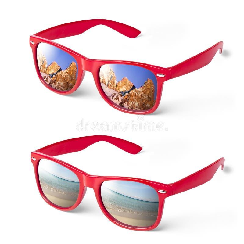 假期海山红色玻璃的眼镜 免版税库存照片