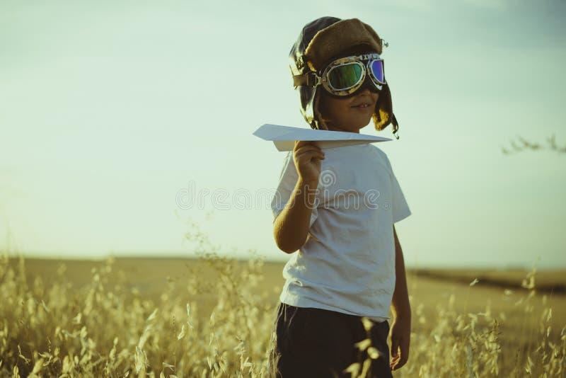假期,使用的男孩是飞机飞行员,有aviat的滑稽的人 免版税库存图片