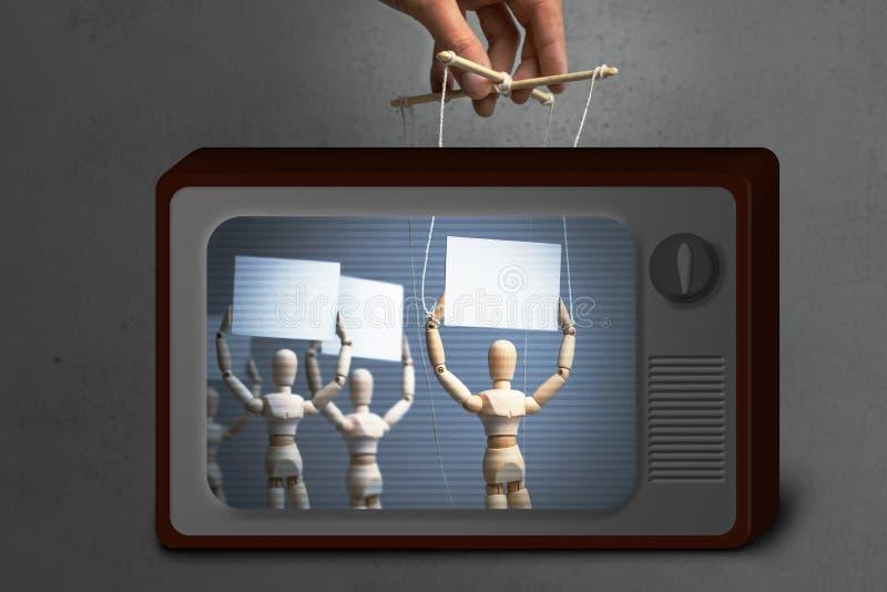 假电视新闻 坐探木偶活动家告诉人抗议在绳索的手扶的木偶玩偶 图库摄影