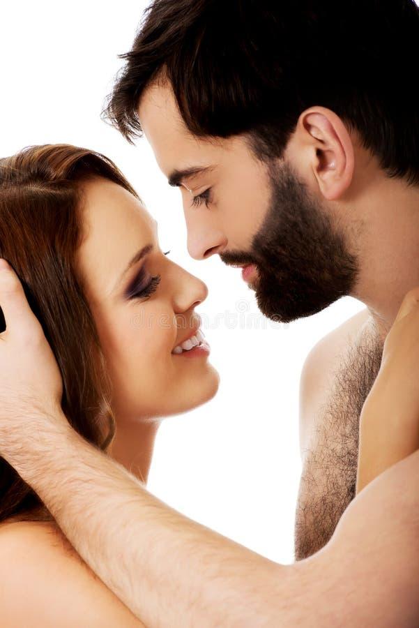 假装年轻的夫妇互相亲吻 免版税库存照片