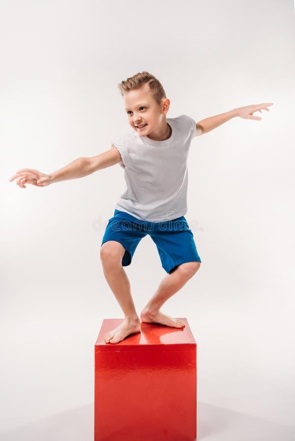 假装微笑的男孩是冲浪者, 库存照片