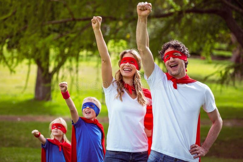 假装愉快的家庭是超级英雄 免版税库存图片