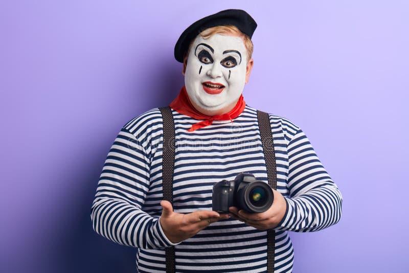 假装激动的情感肥胖的演员是摄影师 免版税库存照片