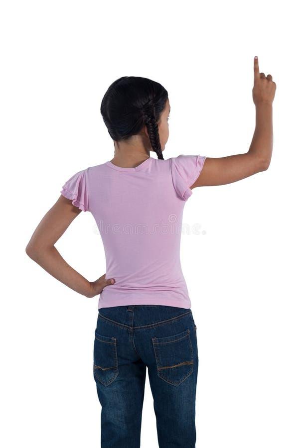 假装的女孩接触一个无形的屏幕反对白色背景 免版税库存图片