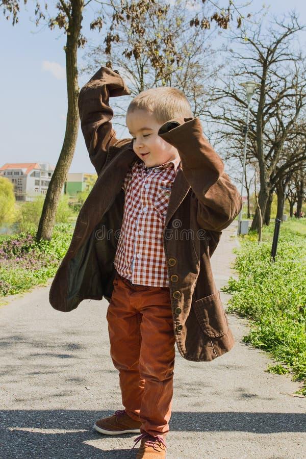 假装的小男孩是成人 免版税库存图片