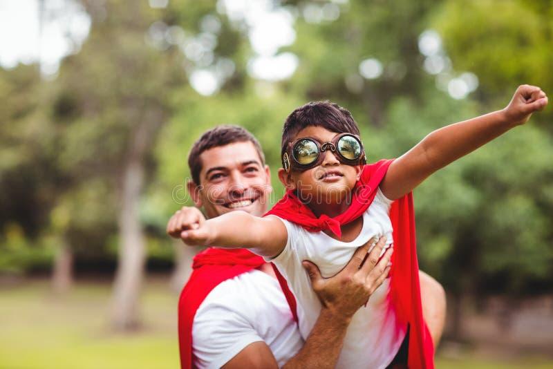 假装的父亲和的儿子是超级英雄 免版税图库摄影