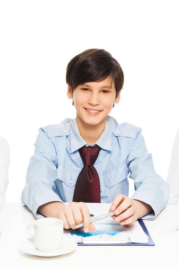 假装聪明的愉快的男孩是生意人