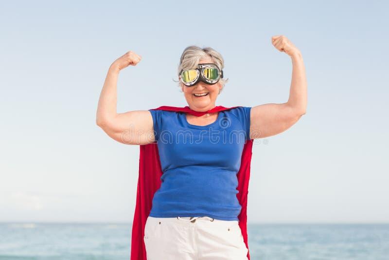假装资深的妇女是超级英雄 库存照片