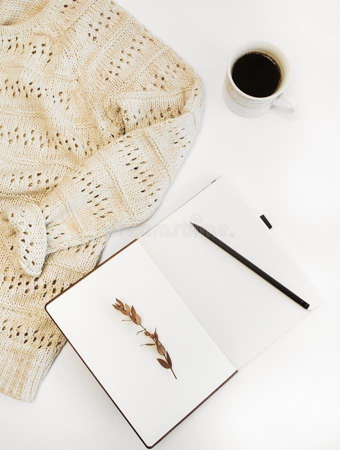 假装集合咖啡笔记薄自由题字毛线衣 免版税库存照片