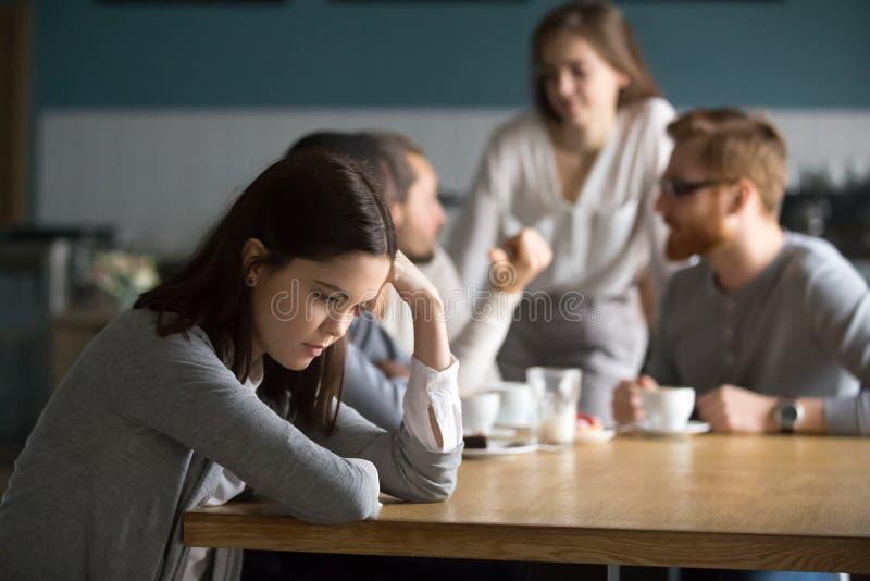 偏僻哀伤的少女的感觉在咖啡馆坐单独 免版税库存图片