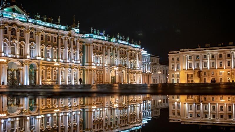 偏僻寺院,宫殿正方形,圣彼德堡,反射,夜城市 库存照片