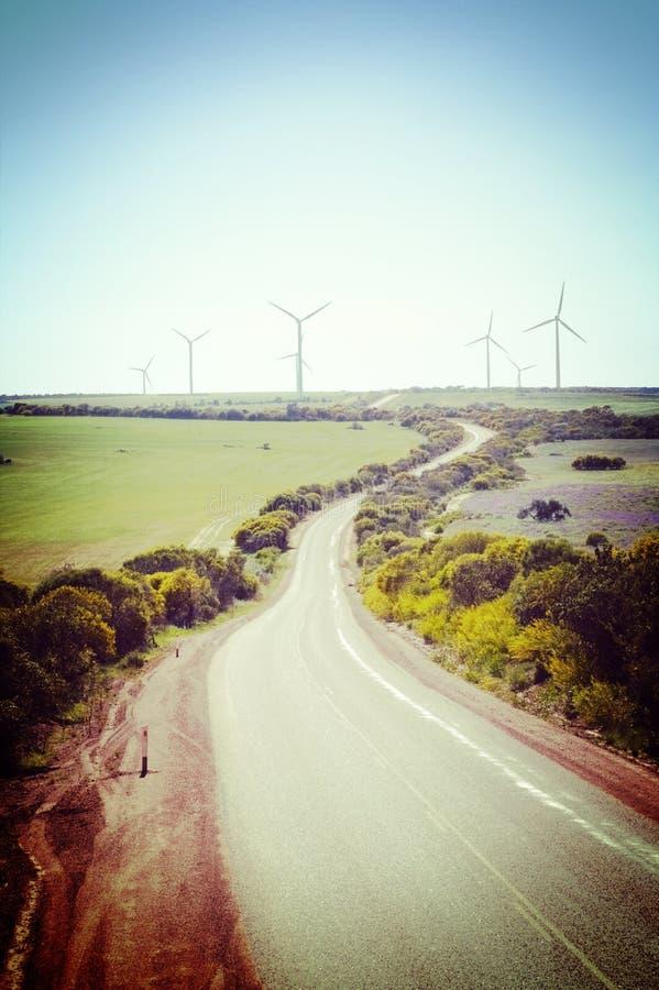 偏僻的乡下公路和风力场西澳州 免版税库存图片