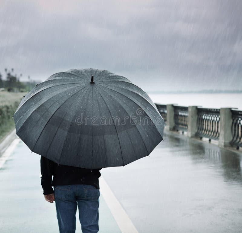 偏僻的人雨伞 免版税库存照片