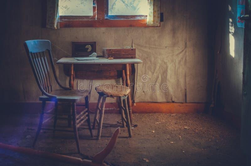 偏僻的厨房用桌和椅子 图库摄影