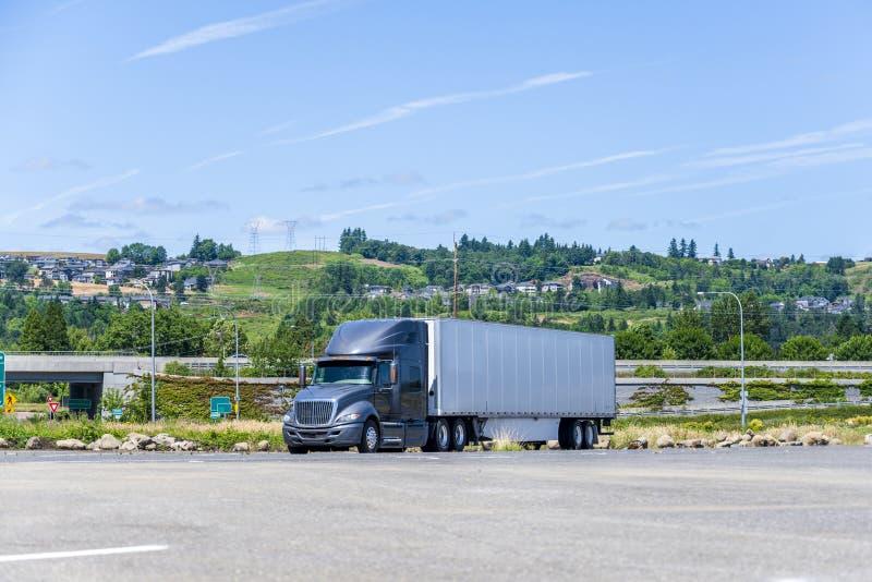 偏僻的大有半拖车立场的船具黑暗的半卡车在宽敞停车场 免版税图库摄影