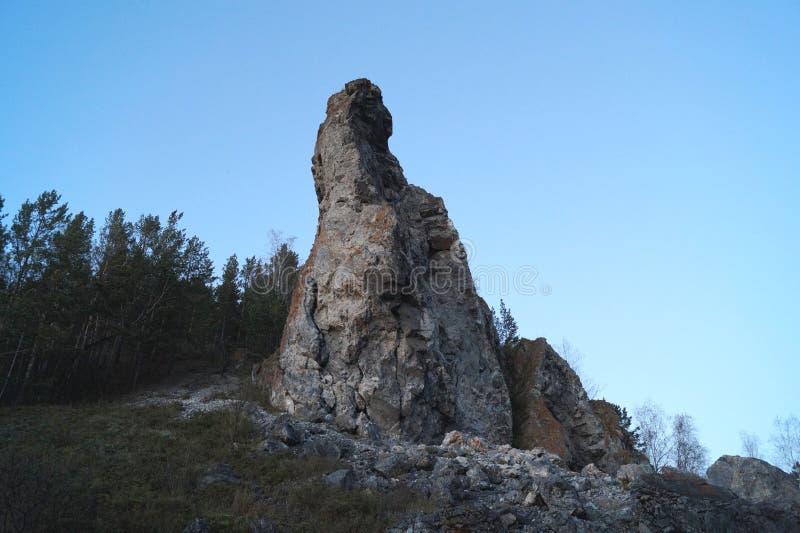 偏僻的岩石在秋天森林里 库存图片