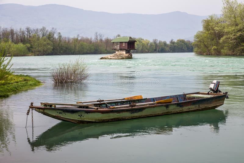 偏僻的房子和小船在河德里纳河 免版税库存图片