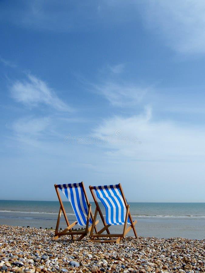 偏僻的海滩睡椅 免版税库存照片
