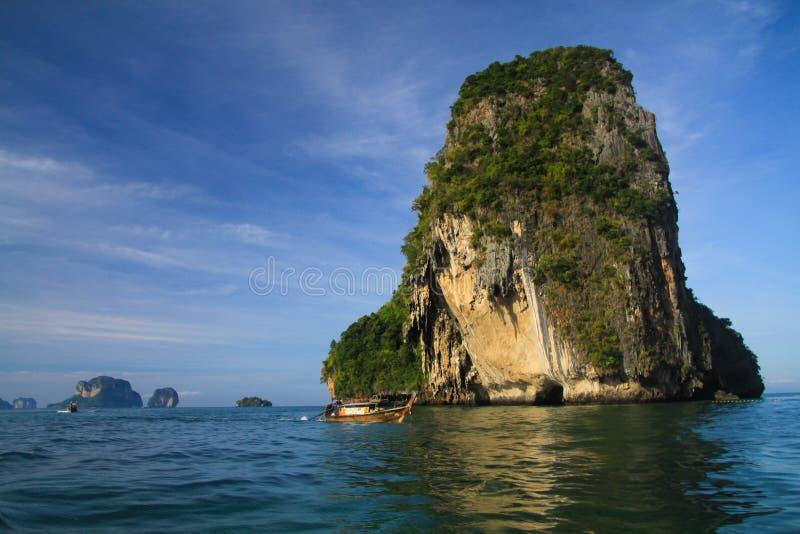偏僻的石灰石岩石在Ao Nang,甲米府,泰国附近的深蓝色安达曼海 免版税库存照片