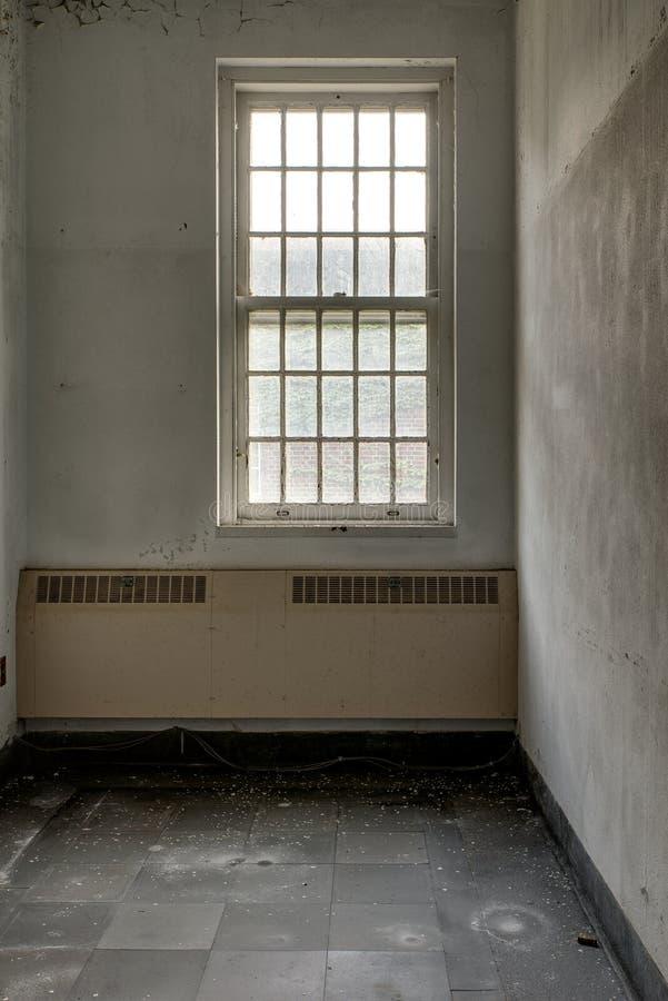 偏僻的耐心室-被放弃的医院 免版税库存照片