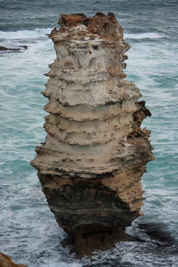 偏僻的被腐蚀的峭壁在海岛地区海湾的海在大洋路的在澳大利亚 免版税库存照片