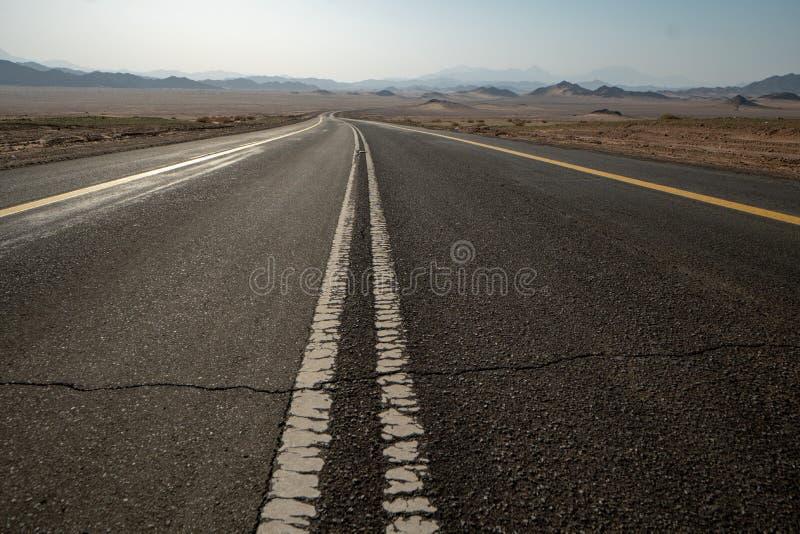 偏僻的路通过沙特阿拉伯 免版税库存图片