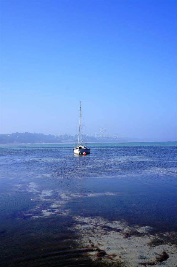 偏僻的风船在透明的水中 库存图片