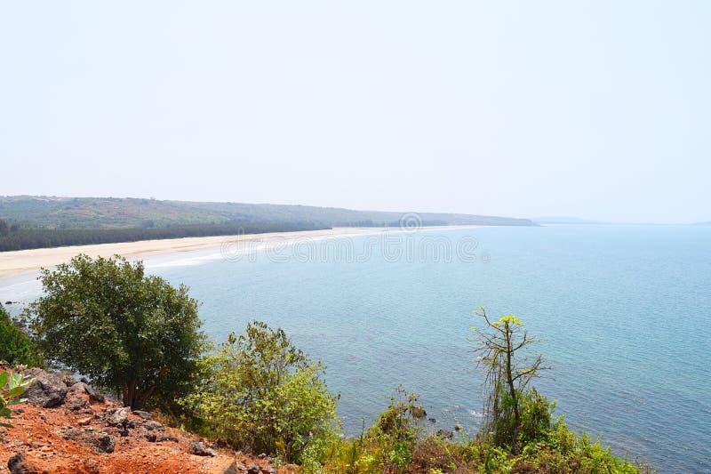 偏僻和平静的Bhandarpule海滩, Ganpatipule,拉特纳吉里,印度 免版税图库摄影