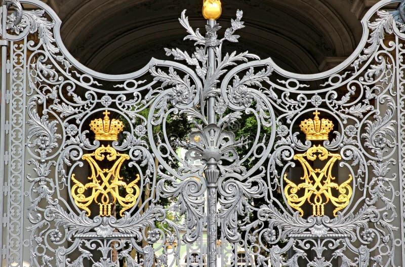 偏僻寺院的被仿造的门在圣彼得堡 免版税库存照片