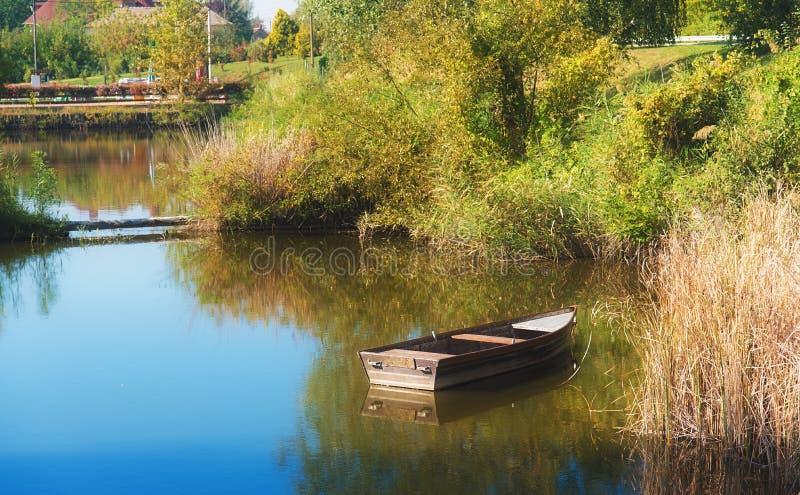 偏僻小船的湖 库存图片