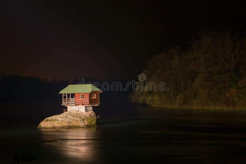 偏僻的房子夜视图河的德里纳河在巴伊纳巴什塔 图库摄影