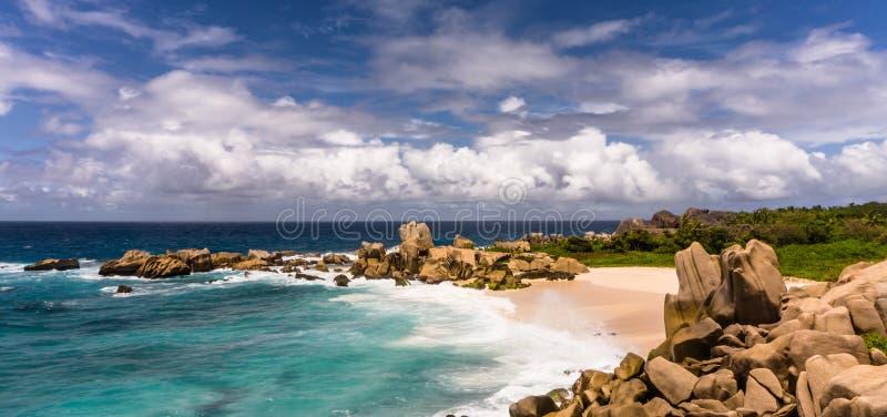 偏僻的热带海滩花岗岩岩石 库存图片
