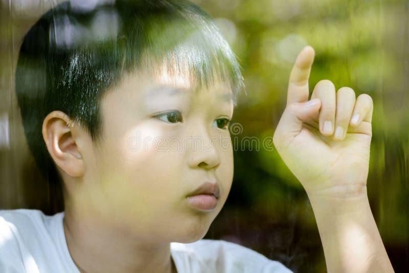 偏僻的男孩和接触窗口 库存照片