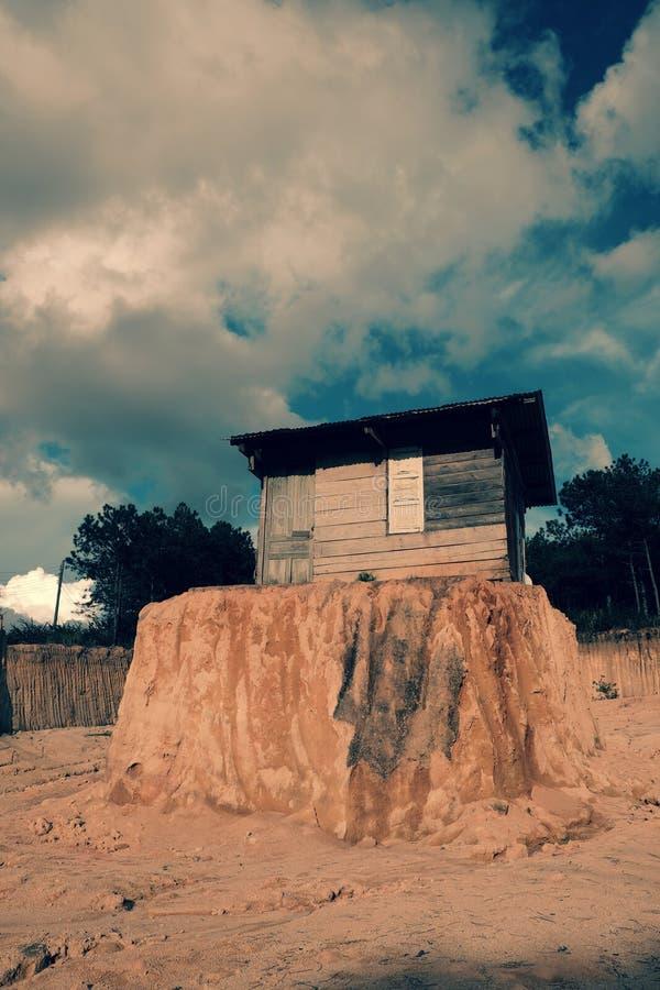 偏僻的老木房子 免版税库存图片