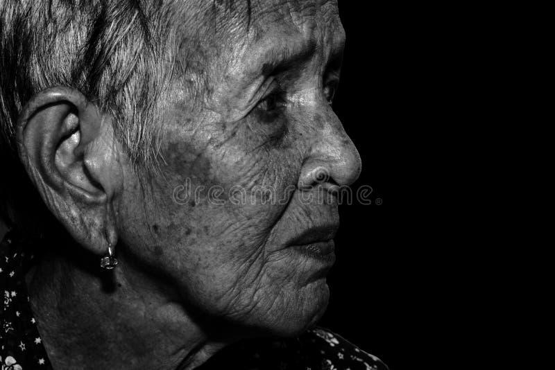 偏僻的资深妇女画象哀伤沮丧,情感,感觉,体贴,资深,老妇人,等待,阴沉,担心,包括她的f 免版税库存图片
