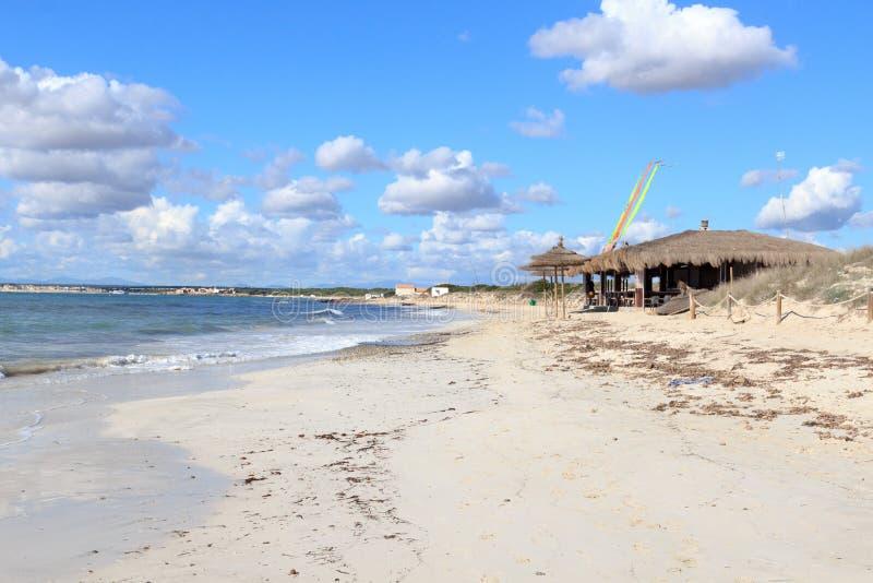 偏僻的Platja ES Trenc海滩全景、竹小屋海滩酒吧和地中海马略卡的 免版税库存图片