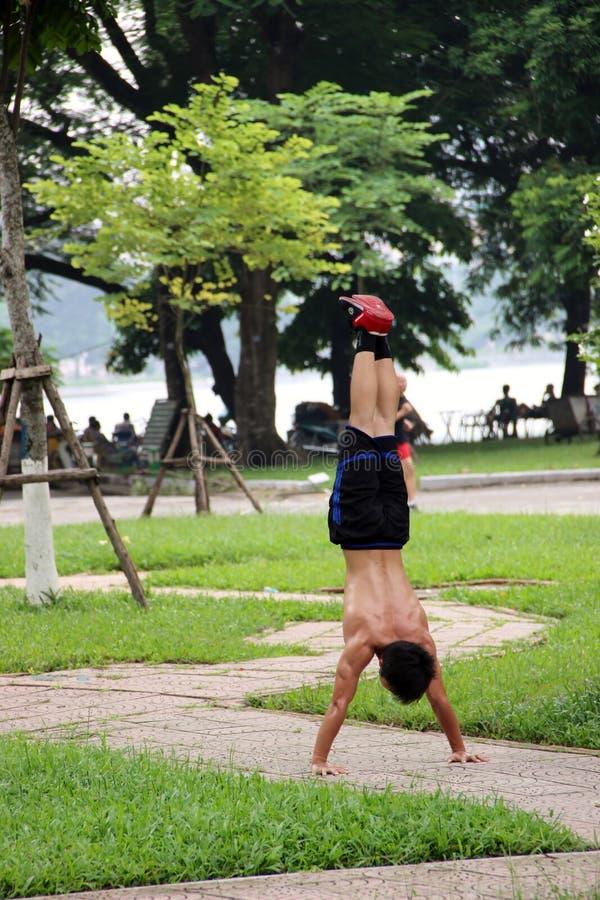 做一个手立场的人在列宁公园,河内,越南 免版税库存照片