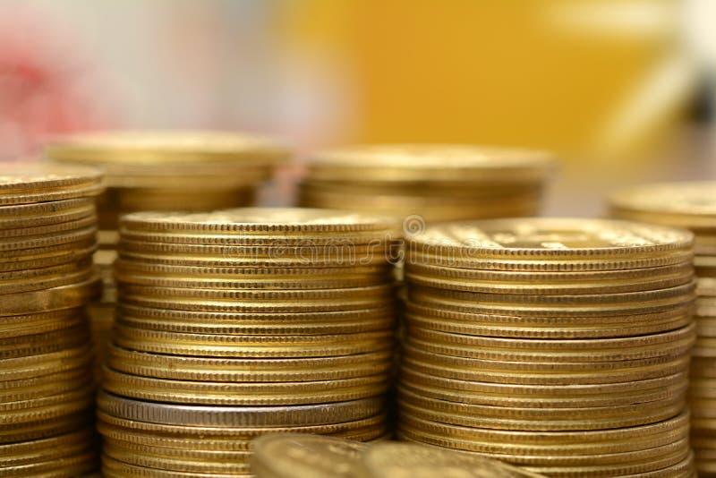 做一个财政背景的金黄硬币堆 免版税库存照片
