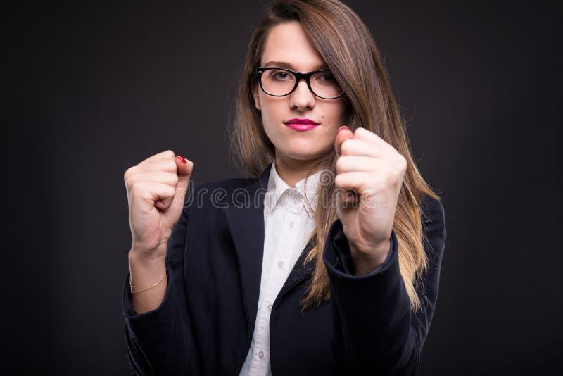 做一个防御战斗姿势的年轻女实业家 库存图片