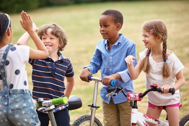 做一个高五标志的愉快的孩子 库存照片