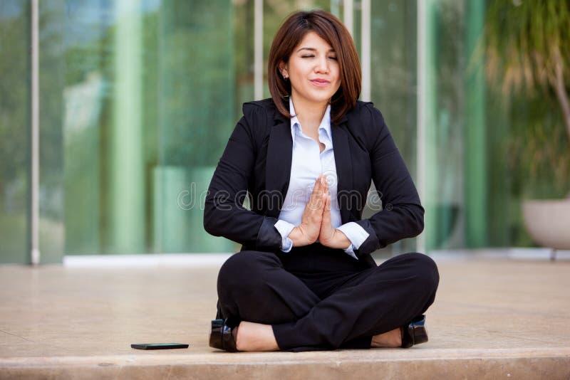 做一些瑜伽的女实业家 免版税库存图片
